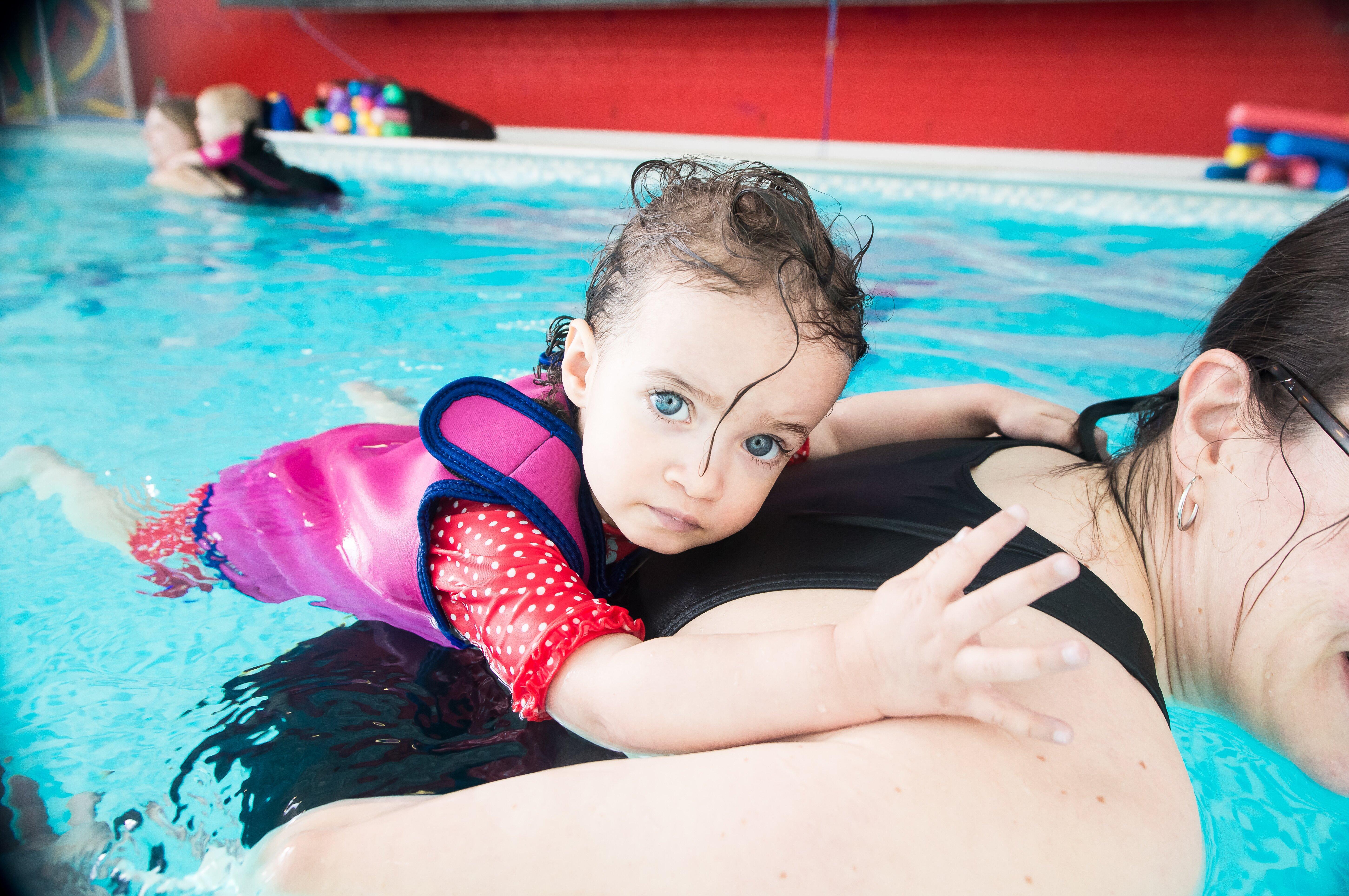 гидрокостюм для ребенка в бассейне